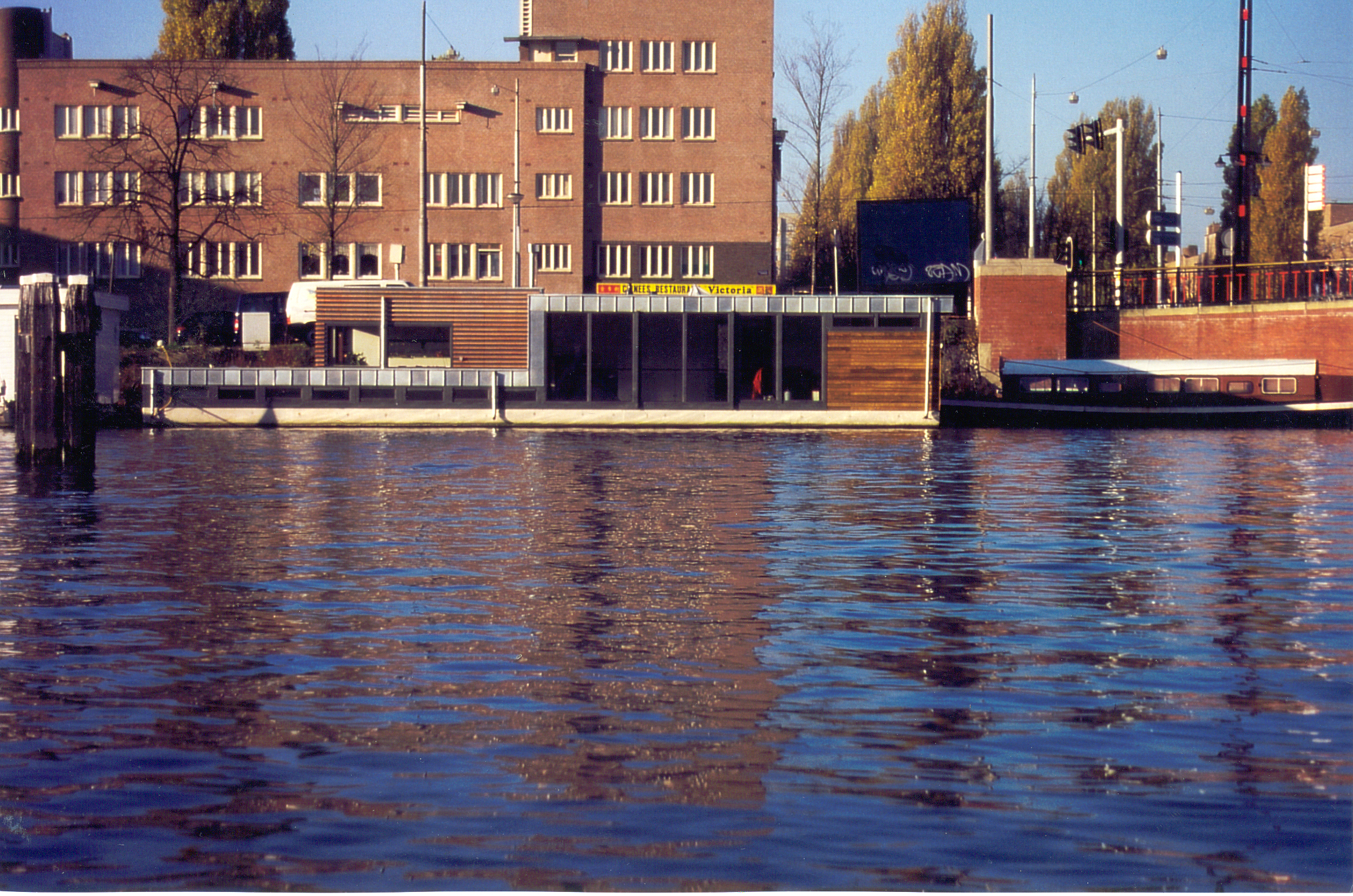 Waterwonen aan de amsteldijk. Woonark woonboot waterwoning MTB architecten